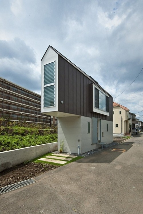 Ngôi nhà có tầng 1 khá hẹp song lên tầng 2, diện tích đã được cơi nới thêm 1 phần đáng kể mà không ảnh hưởng đến không gian xung quanh.