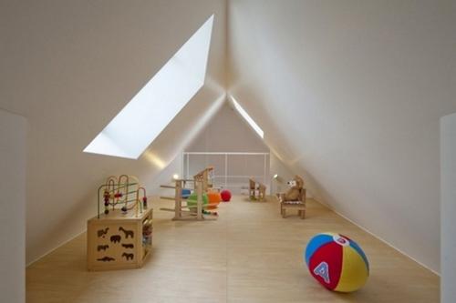 Gác xép để tận dụng chiều cao của ngôi nhà và làm sân chơi cho trẻ nhỏ với thành lan can cao đảm bảo an toàn.