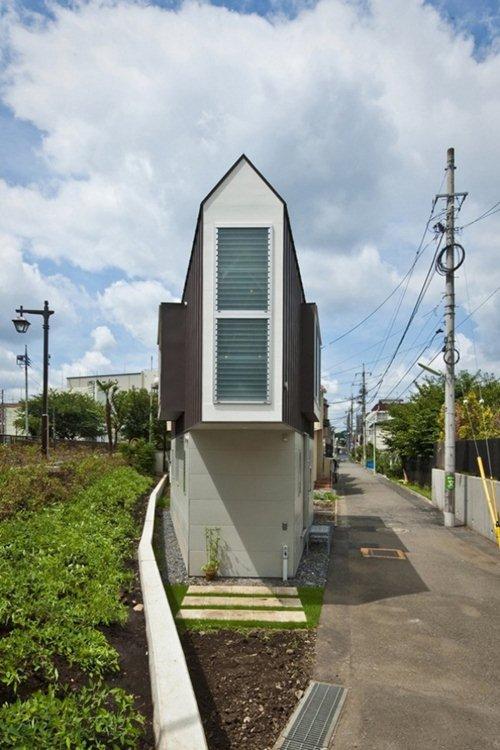Chiều ngang của ngôi nhà rất hẹp, chỉ nhỏ giống như một khu vườn.