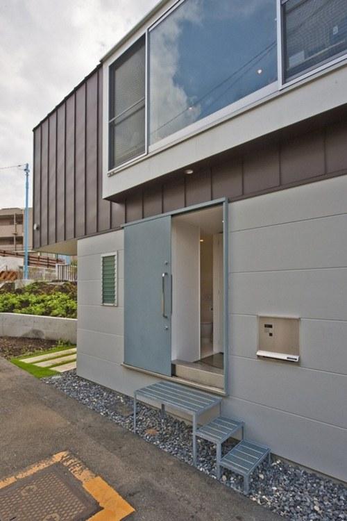 Để cửa ra vào rộng rãi và cánh cửa không chiếm nhiều không gian, cửa trượt được lựa chọn thiết kế và nằm ở bên hông nhà.