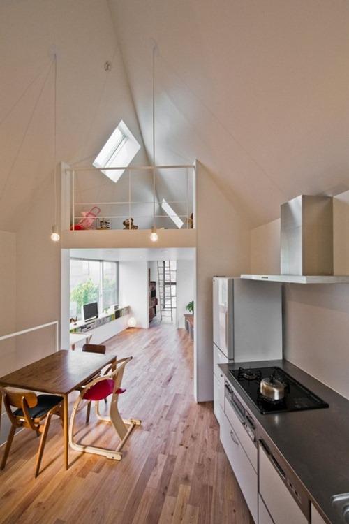Tầng 2 dành cho phòng bếp và phòng khách. Trần phòng bếp và phòng khách cũng chính là trần nhà, tạo không gian thoáng đãng, rộng rãi.