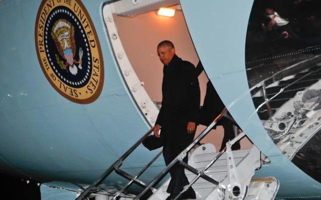 Chuyên cơ Air Force One chở gia đình Tổng thống Obama đáp xuống Chicago tối 10/1. (Ảnh: Telegraph)