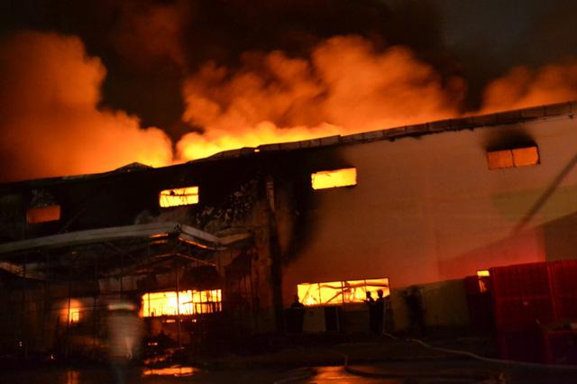 Đám cháy lan rộng khắp khu vực kho rộng hàng ngàn m2.