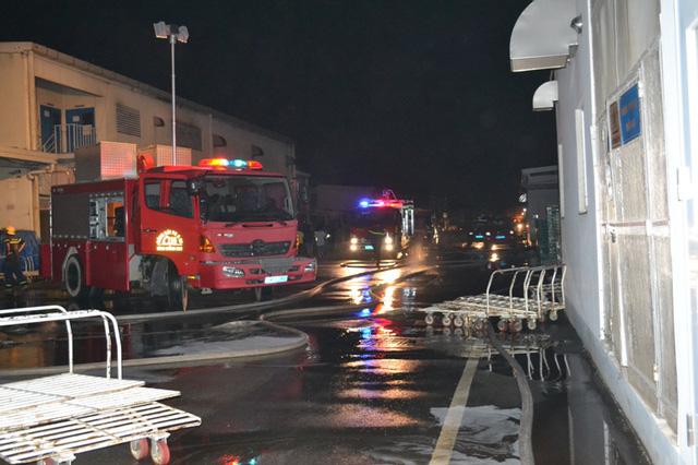 Nhiều xe chữa cháy được điều tới hiện trường để chữa cháy