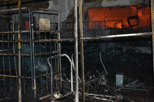 Nhiều vật dụng bị ngọn lửa thiêu rụi.