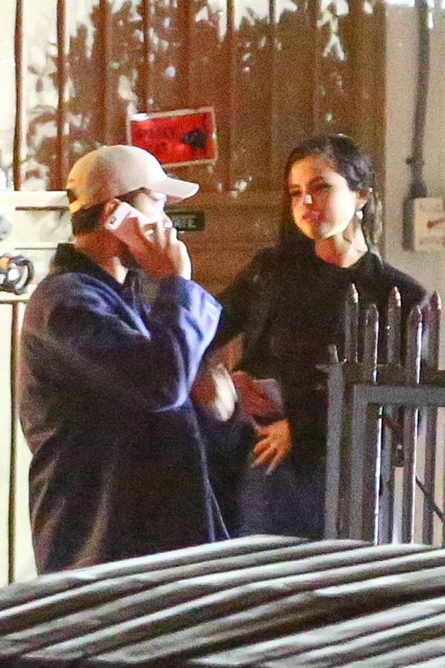 HOT: Selena Gomez lộ ảnh công khai hôn môi The Weeknd tình tứ