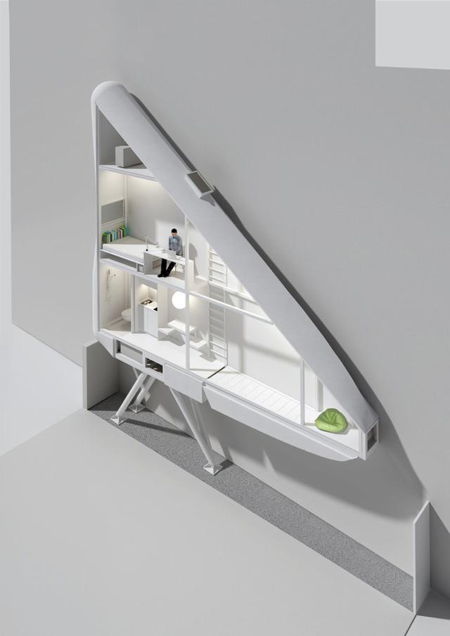 Toàn bộ nội thất được sơn màu trắng giúp không gian trông thoáng sống hơn. Để đảm bảo ánh sáng cho cho ngôi nhà, rất nhiều bức tường của ngôi nhà được làm bằng những tấm kính chịu lực mờ, tất nhiên trong nhà cũng có cửa sổ để đảm bảo sự lưu thông không khí.
