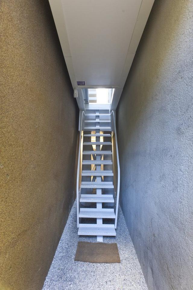 Cầu thang dẫn vào nhà.