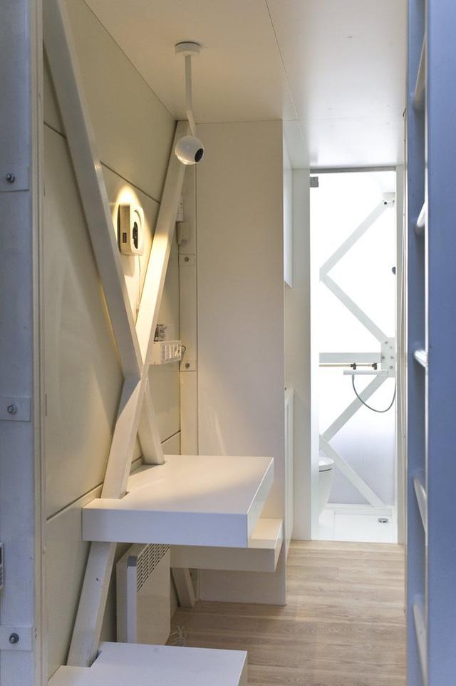 Do ngôi nhà quá hẹp nên khu vệ sinh và khu tắm rửa được chia ra ở 2 tầng riêng biệt.