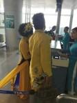 Vợ đại gia của MC Thanh Bạch gây xôn xao khi mặc áo tà dài 5m lên máy bay