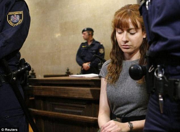 Nữ sát thủ nguy hiểm tới mức phải nhốt chung với tù nam