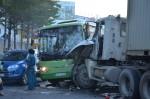 Xe container húc xe buýt, hơn 10 người bị thương