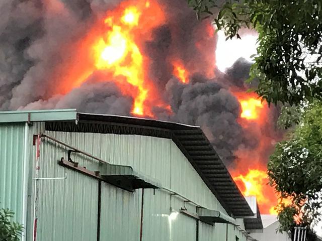 Đang cháy cực lớn một khu nhà xưởng tại TPHCM
