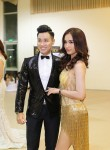 """MC Nguyên Khang """"sướng rơn"""" khi được Hoa hậu Mỹ Linh chỉnh áo trong hậu trường"""