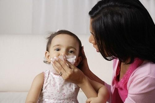 Bệnh thường gặp ở trẻ vào lúc giao mùa, phụ huynh phải biết để xử trí