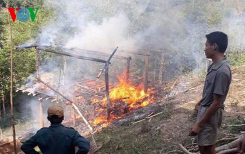 Đôi vợ chồng tật nguyền và con nhỏ thoát chết trong căn nhà bốc cháy