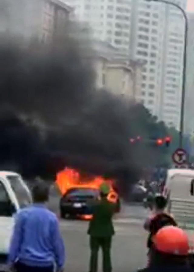 Hà Nội: Ô tô bốc cháy ngùn ngụt, tài xế ôm cháu bé lao ra khỏi xe