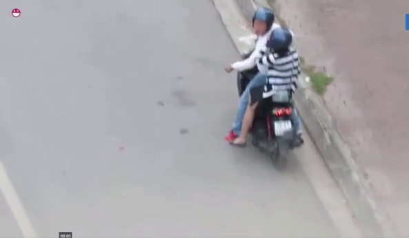 Bức xúc cô gái bị bạn trai bắt xuống xe, quỳ gối xin lỗi giữa đường Hà Nội