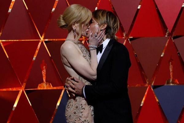 Oscar qua đi nhưng những khoảnh khắc tình tứ nhất của dàn sao Hollywood thì vẫn còn đẹp mãi