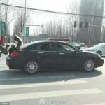 Để mẹ già ngồi sau cốp ô tô vì xe chật chỗ, con trai bị chỉ trích gay gắt