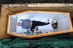 Người đàn ông tự chôn sống mình ở tuổi 60, lý do khiến nhiều người sững sờ