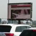 Bỏ mạng vì cố tắt phim khiêu dâm trên bảng quảng cáo trên đường cao tốc