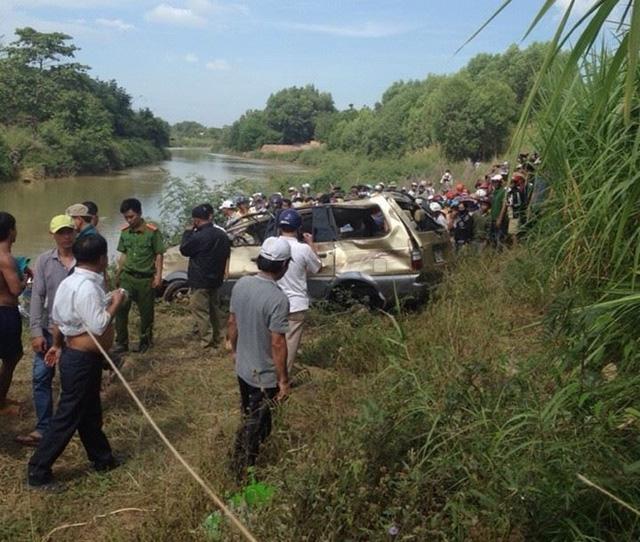 Chiếc xe ôtô biển số Đồng Nai được lực lượng chức năng vớt từ dưới sông La Ngà lên. Ảnh: CTV.