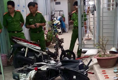 Hai xe máy cùng nhiều vật dụng trong phòng bị cháy xém. Ảnh: Cửu Long.