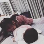 Hai tuần sau sinh, Phạm Quỳnh Anh xót cả hai con vì phải san sẻ tình cảm