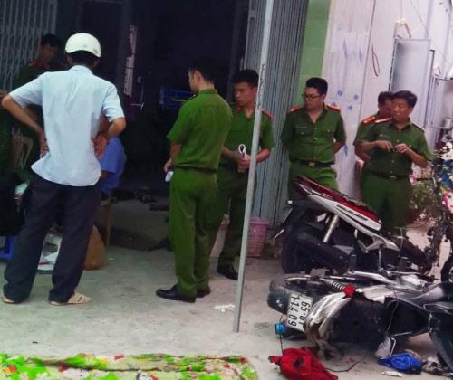 Phát hiện thi thể đôi nam nữ nằm gục trong phòng trọ bên 2 chiếc xe máy cháy sém