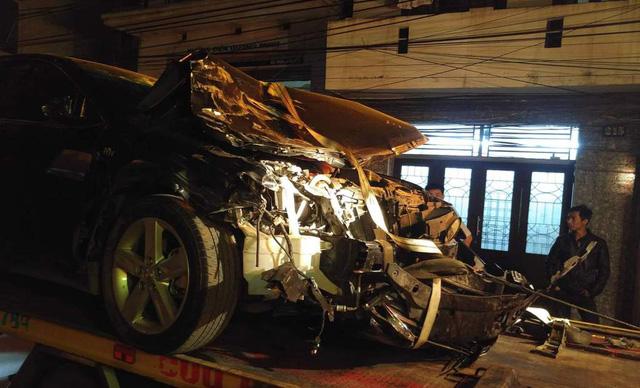 Chiếc xe nát bét đầu sau khi gây ra hàng loạt vụ tai nạn (ảnh: Thu Hằng)