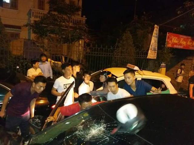 Hàng chục người lao vào lôi tài xế ra ngoài đánh vì tội bỏ chạy sau khi gây tai nạn.