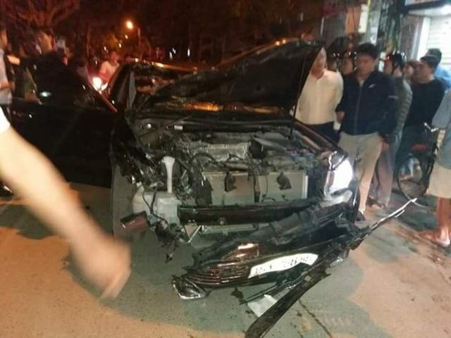 Chiếc xe gây tai nạn bị hư hỏng nặng (ảnh: Bình Chèo)