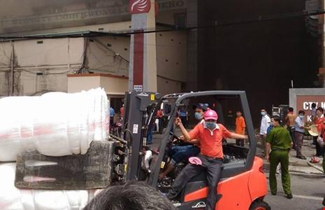 Di chuyển hàng ngàn xe máy, bông vải ra khỏi khu vực.
