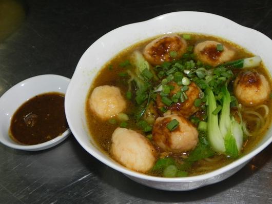"""Mì vịt tiềm và cá viên cà ri """"ăn là nghiền"""" ở Sài Gòn"""