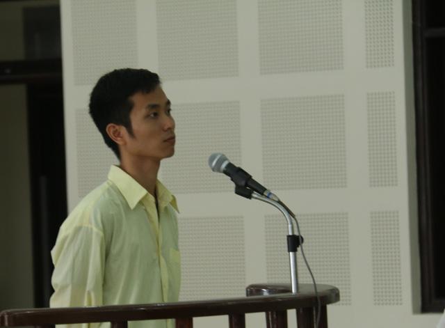 Bị cáo Feng Long Chun trước vành móng ngựa ngày 24/3. Ảnh: Đ.H