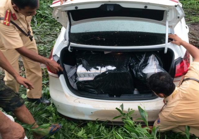 Một vụ vận chuyển thuốc lá lậu bằng ô tô ở TPHCM bị cảnh sát truy đuổi, bắt giữ