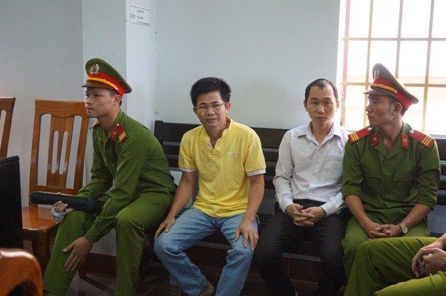 Bị cáo Trần Minh Lợi (đeo kính) trước tòa. Ảnh: Trùng Dương