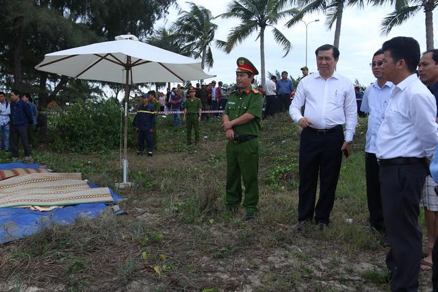 Chủ tịch UBND TP Đà Nẵng Huỳnh Đức Thơ cũng đã đến hiện trường thăm hỏi, động viên người thân của các nạn nhân. Ảnh: Đ.H