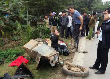 Chiếc xe 3 bánh do một người Mỹ cầm lái nát bét sau vụ va chạm.