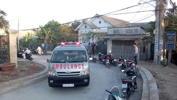 Hiện trường nơi phát hiện 2 mẹ con chết thương tâm bên hông nhà.
