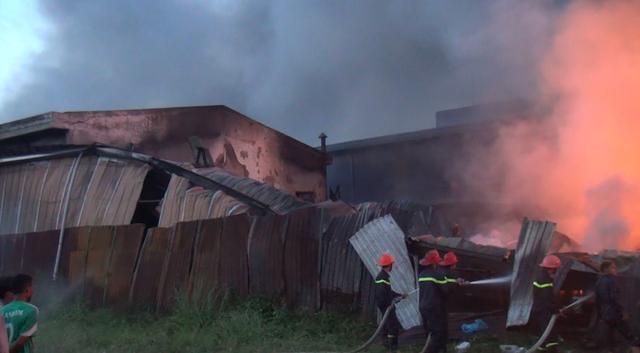 Hiện trường vụ cháy thiêu rụi công ty sản xuất keo nhựa.