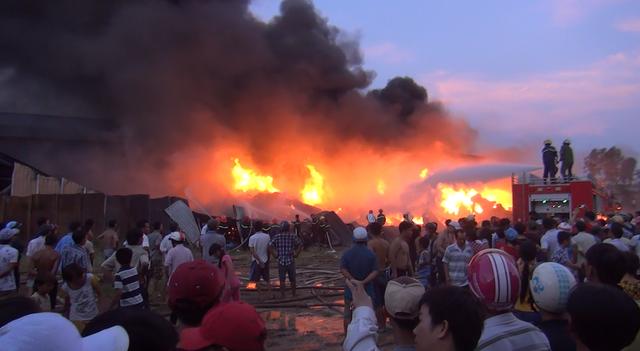 Hàng chục xe cứu hỏa từ TPHCM chạy sang chi viện