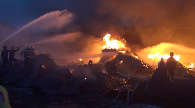 Cả nhà xưởng bị thiêu rụi vì xưởng chứa nhiều vật liệu dễ cháy