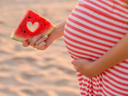 Bà bầu ăn dưa hấu: Mùa hè đến rồi, mua dưa hấu về ăn thôi các mẹ bầu ơi!
