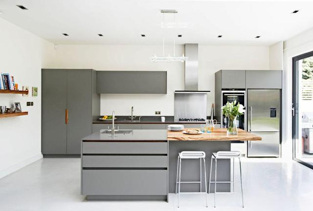 16. Những mảng màu xám – trắng đối lập rõ nét cho căn bếp vẻ đẹp không chê vào đâu được.