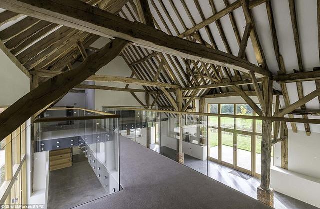 Căn nhà rộng rãi với 4 phòng ngủ và không gian sinh hoạt rộng rãi.