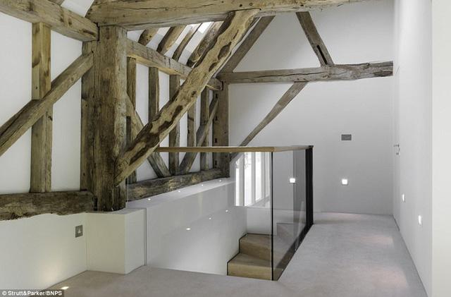 Những thanh dầm gỗ mang đến cho trần nhà vẻ đẹp cổ điển, ấn tượng.