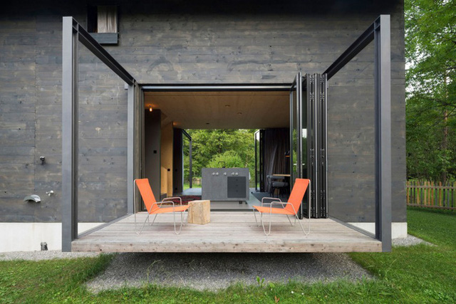 Ngôi nhà này không quá rộng nhưng cách bài trí hiện đại, Tầng 1 được dành cho không gian khách, bếp, ăn với thiết kế mở vô cùng thoáng đãng. Hiên nhà rộng là nơi lý tưởng cho buổi trà chiều hoặc bữa tiệc ngay trước nhà.