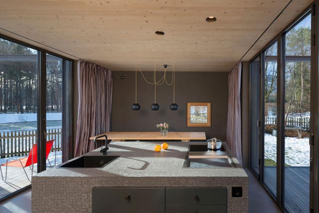 Chất liệu gỗ mộc sáng màu kết hợp với những mảng màu xám và tường kính tạo nên cái nhìn thoáng đãng, đẹp mắt.
